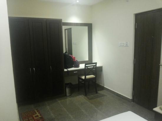 Hotel Highway Garden & Vista Rooms: Room