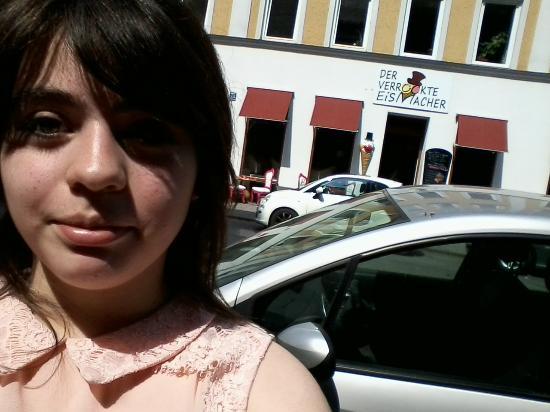 Der Verruckte Eismacher : Mi hija Catalina y detrás la heladería