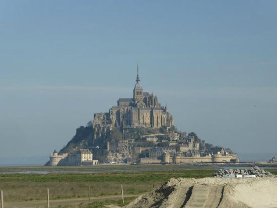 駐車場からパリ方向に2分ほどの牧場 picture of fortifications du mont michel mont michel tripadvisor