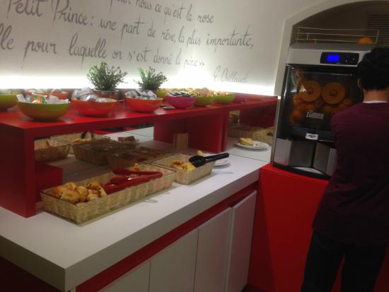 Ibis Styles Strasbourg Centre Gare : Breakfast corner- from other side