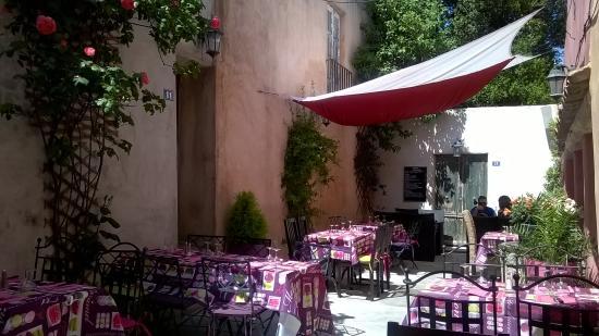 le XIII : Patio du restaurant clame et ombragé.