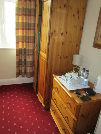 Cleave Court Bed & Breakfast: cupboard and drawers for ample storage, plus drink making facilities.