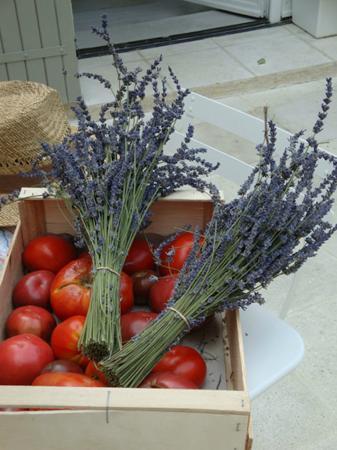 Velleron, فرنسا: Vom berühmten marché agricole in Velleron: Tomaten & Lavendel