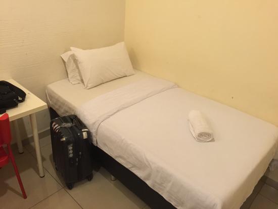 Hotel De' Tees: Very small single bed.