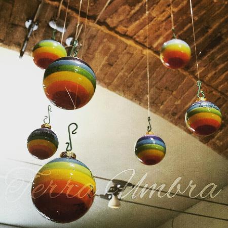Terra Umbra: palle di natale dipinte a mano