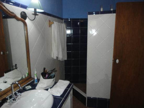 Les Velles Escoles: Baño, sin cortinas. Ni falta que hacen!
