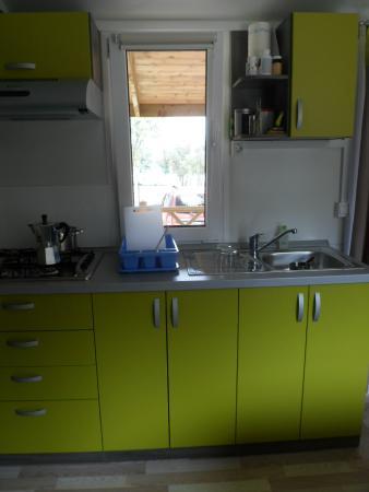Camping lopari blick auf die küchenzeile im mobilhome