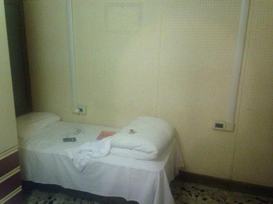 Ca' Venezia: Best of our four beds crammed in horrible dark room