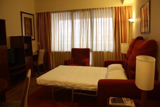 Altis Suites: Salotto con divano letto