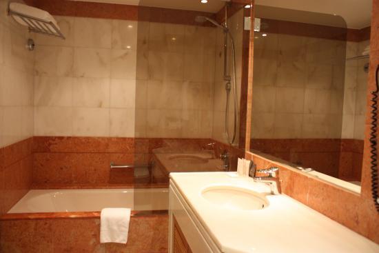 Altis Suites: Bagno vasca