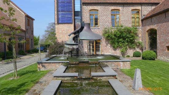 de biek: Fountain outside the restaurant