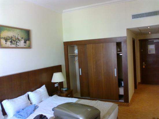 Hotel Hocine : Chambre (lit et armoire)
