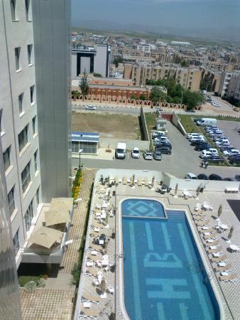 Piscine vue de la chambre 5 me tage picture of hotel for Piscine 5eme