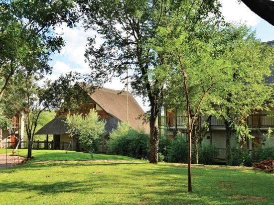 Victoria Falls Safari Club: View of the grounds