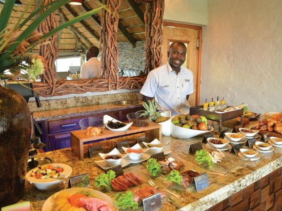 Victoria Falls Safari Club: A continental and cooked breakfast is served daily in the Club lounge