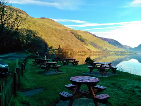Pen-y-Bont Hotel: Eat home-cooked food by the lakeside in the summer.