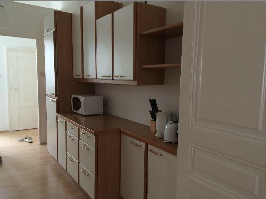 Belvedere Appartements: Часть кухни (также есть плита, посудомоечная машина, раковина, холодильник, микроволнивка и посу