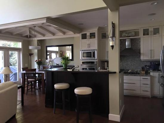 Ogopogo B & B: Kitchen and Dining
