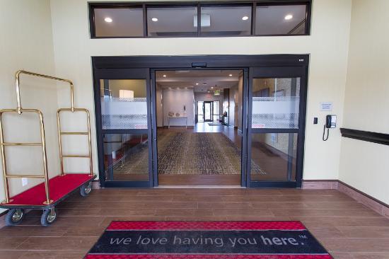 Hampton Inn by Hilton Lloydminster: Front Entrance