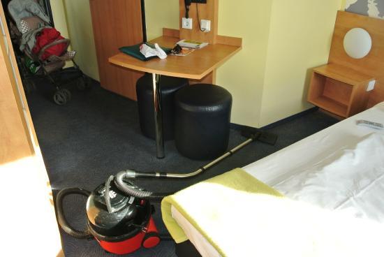 B&B Hotel Frankfurt-Hahn Airport : Наш номер, который мы убирали сами