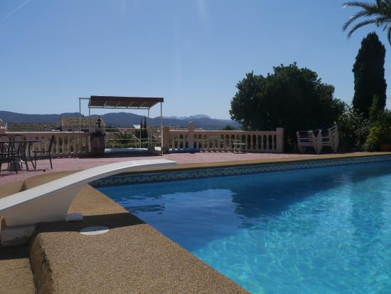 Estrella Lodge: Poolside overlooking the plain and mountains in the distance