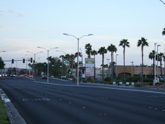 Residence Inn Las Vegas Henderson/Green Valley : ホテルの表通り
