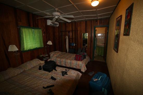 Camarona Caribbean Lodge: dunkel, muffig, feucht,schimmelig