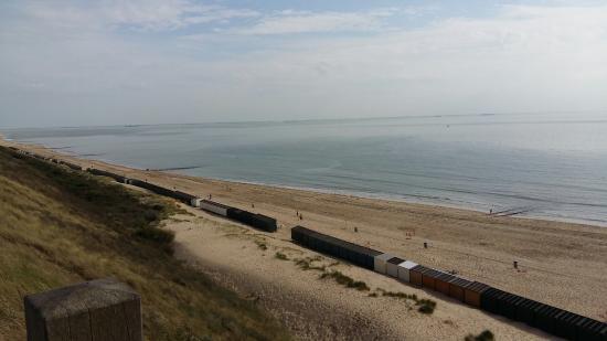 Vakantiepark de Meerpaal: Uitzicht vanaf boven op de duin tussen de camping en het strand