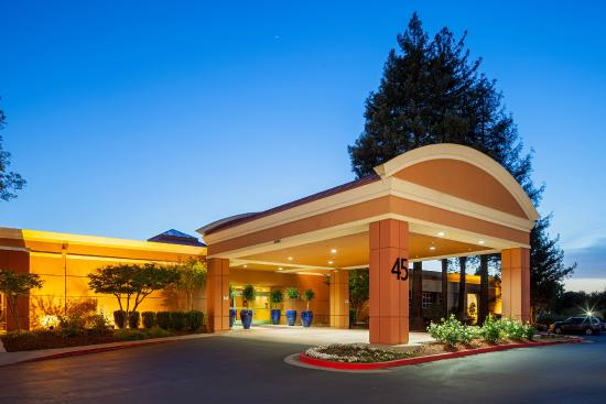 Crowne Plaza Concord: Main Entrance- Exterior