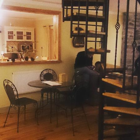 la cuisine en fond avec l 39 ouverture sur le salon picture of driftwood country hostel. Black Bedroom Furniture Sets. Home Design Ideas