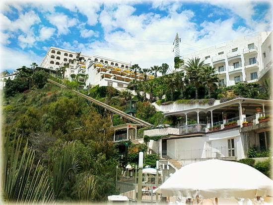 Hotel antares la struttura vista dalla piscina le terrazze