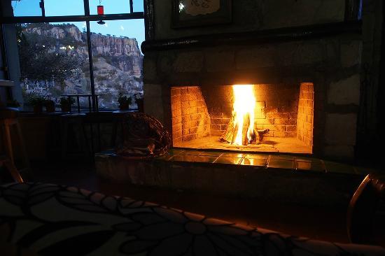 Foto de hotel divisadero barrancas divisadero salon con for Hoteles con chimenea