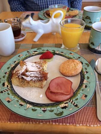 Carriage House Inn: Yummy homemade breakfast!