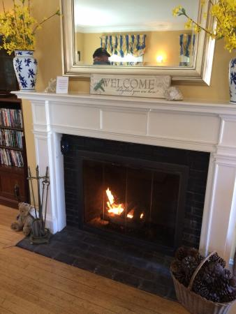 Carriage House Inn: Gas fireplace in the sitting room