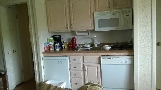 The Beachcomber Resort : Tiny kitchenette