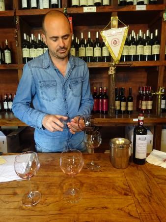 Fattoria Montagliari: Alessandro is purifiying the glasses before we taste.