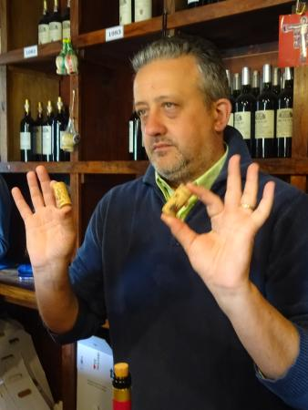 Fattoria Montagliari: David teaching us the cork trick.