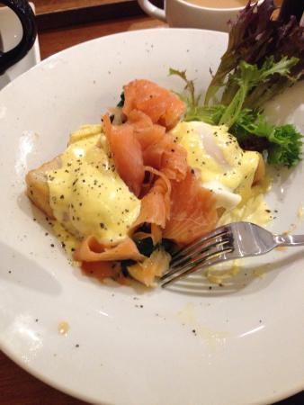 Cessnock, Austrália: Eggs Benedict with smoked salmon. Yum..