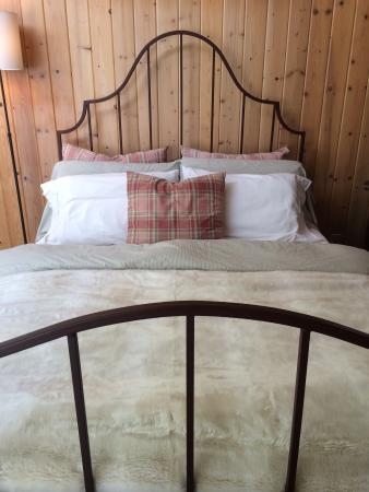 Bridal Veil Lodge: Cottage bed
