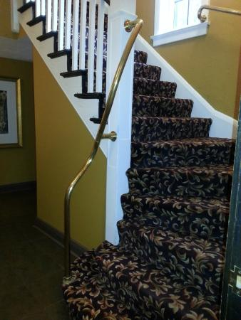Seven Gables Inn: Stairway to upper floors; pack light as there are no elevators!