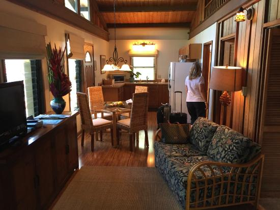Paia, Hawái: the living room, dining room and kitchen