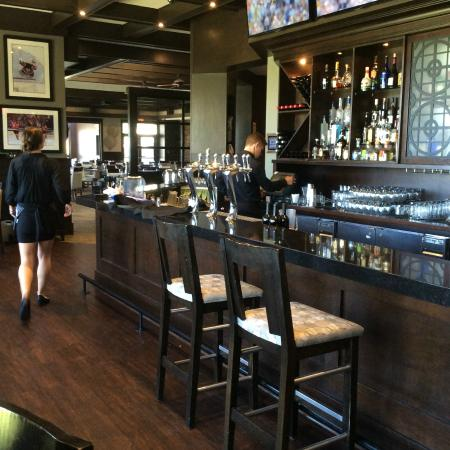 Range Lounge & Grill: Bar area