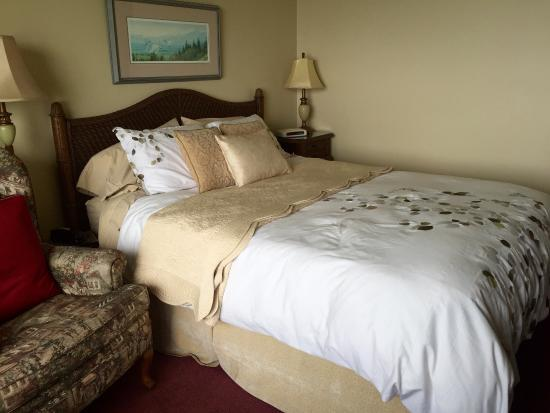 Graycliff Cottage Oceanfront B&B: Comfy Queen bed with lux linens in the ocean view room...