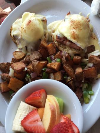 Longboarder Cafe : Eggs Benedict