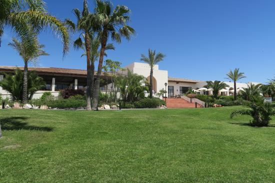 Playa Granada Club Resort: Hotel y jardín