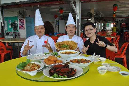 Sin Soon Lee Seafood: i-fm DJ Group photo