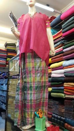 sarung khas Makassar dengan baju bodo (bodo artinya pendek).
