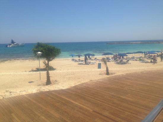 Asterias Beach Hotel: Вид с зоны бассейна на пляж
