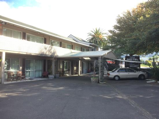 Waihi Motel: The hotel car park. Parking is free.