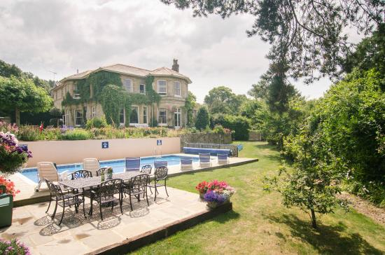 Luccombe Villa Holiday Apartments: The pool and garden